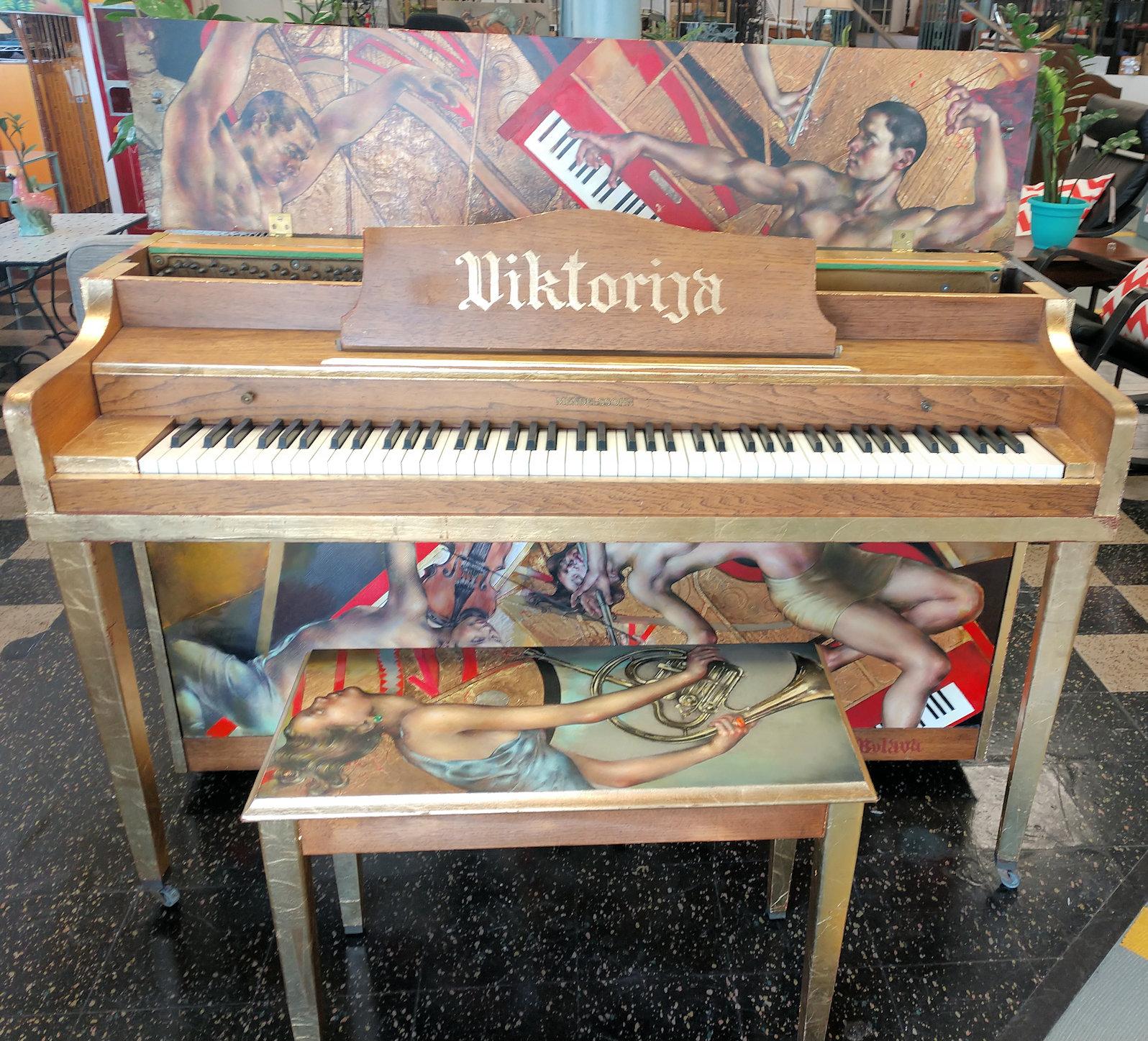 PF0011-Viktorija-piano-open